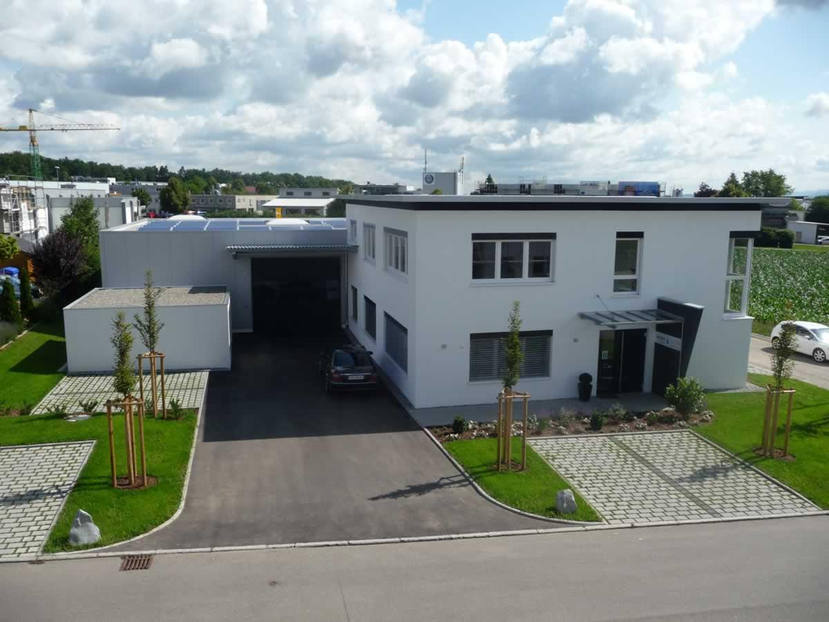 Verwaltungsgebäude und Fertigungshalle - Bild 1