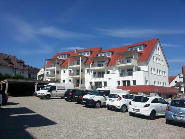 Neubau Mehrfamilienhaus mit Tiefgarage und Carports