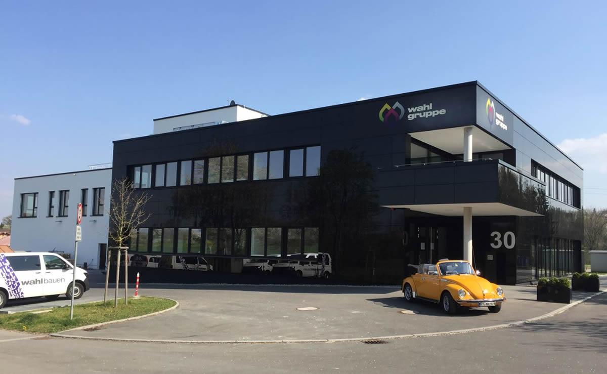 Verwaltungsgebäude mit Tiefgarage und Lagerhalle