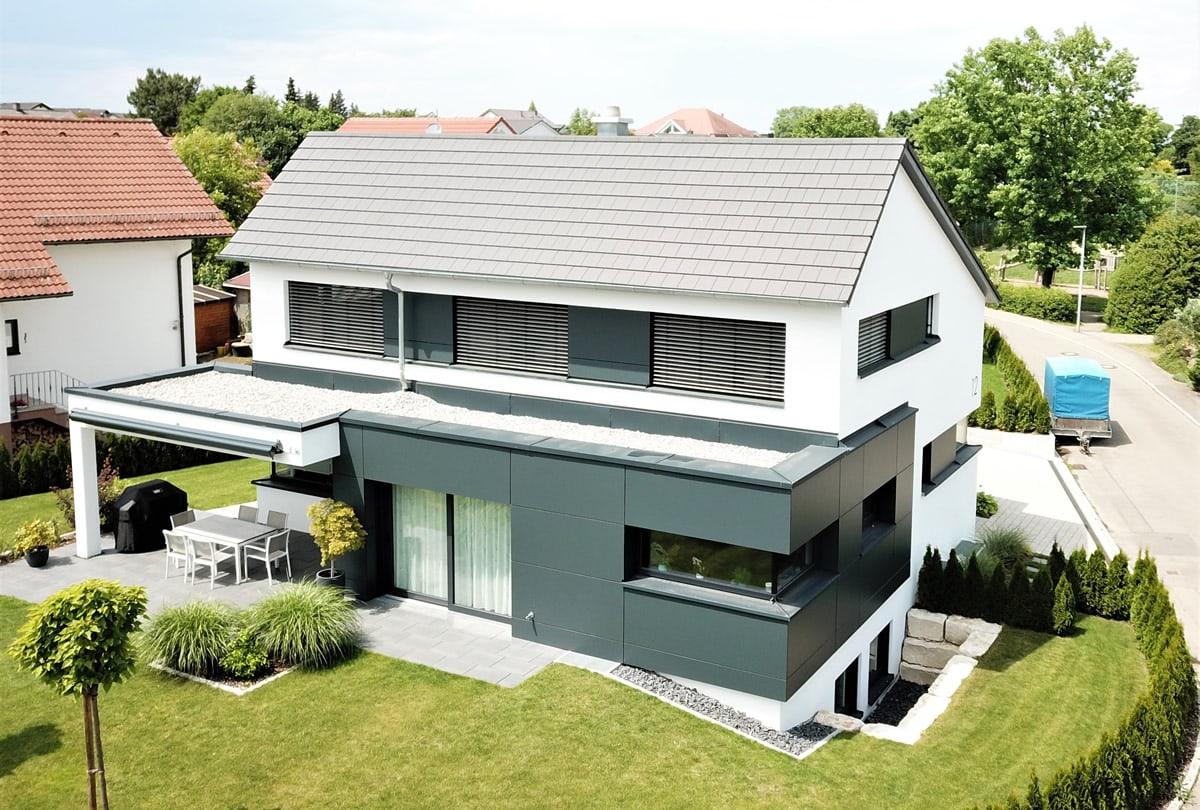 Neubau Einfamilienhaus mit Doppelgarage - Drohnenansicht